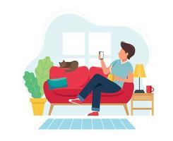 Mann sitzt auf Sofa mit Smartphone