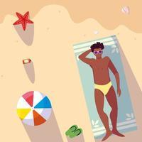 Mann mit Badeanzug Bräunungsstrand