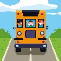glada söta elever barn i skolbussen