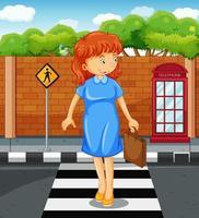 kvinna som korsar vägen