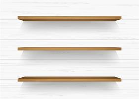 Holzregale auf weißer Holzwand mit weichen Schatten