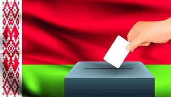 Hand, die Stimmzettel in Box mit belarussischer Flagge setzt