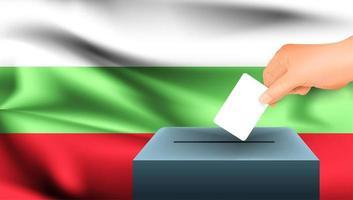 Hand, die Stimmzettel in Box mit bulgarischer Flagge setzt