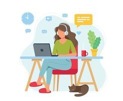 kvinna som arbetar hemifrån, student eller frilansare