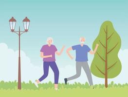 älteres Paar läuft im Park