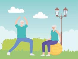 älterer Mann, der sich und ältere Frau auf Fitnessball streckt
