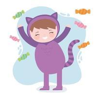 süßes Mädchen im Katzenkostüm mit Süßigkeiten