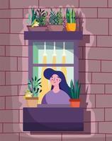 Frau, die das Fenster mit Pflanze im Topf betrachtet