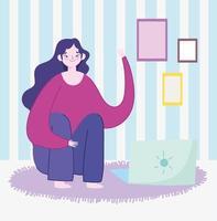 ung kvinnasammanträde med bärbar dator i rummet
