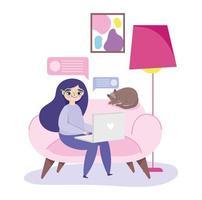 Frau, die fern mit Katze arbeitet