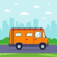 orange skåpbil går till naturen från staden