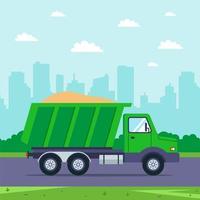 lastbil med sandkörning med staden i bakgrunden