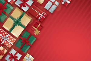 Weihnachtsgeschenkboxen auf rotem Streifenmuster