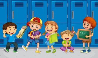 Kinder, die mit ihren Freunden mit Schulschließfachhintergrund sprechen