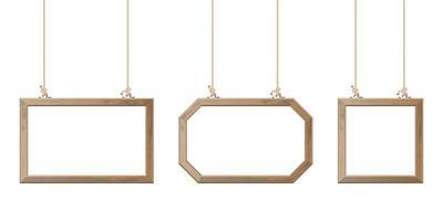 verschieden geformte Holzrahmen hängen mit Seilen gesetzt