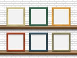 hölzerne Bilderrahmen auf Regalen mit weißer Backsteinmauer