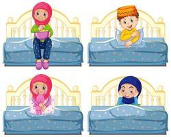 Satz arabischer muslimischer Kinder, die im Bett sitzen