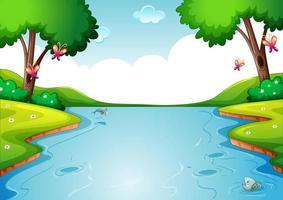leerer Fluss im Waldnaturszenenhintergrund