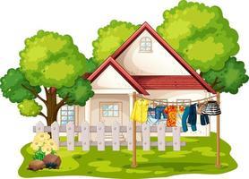 framför huset med kläder hängande på klädstreck