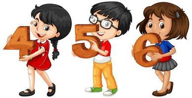 olika tre barn som håller matematiknummer