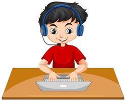 en pojke med bärbar dator på bordet på vit bakgrund
