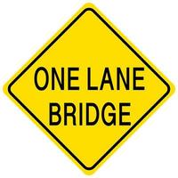 gelbes Schild der einspurigen Brücke auf weißem Hintergrund
