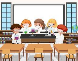 junge Studenten machen wissenschaftliche Experimente in der Klassenzimmerszene