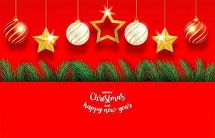 julgranfilialer och hängande ornament på rött