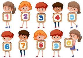 Satz von verschiedenen Kindern, die die Zahlen lokalisiert auf weißem Hintergrund halten