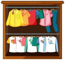 kläder som hänger i garderoben på vit bakgrund