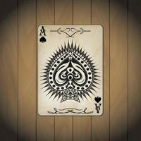 Pik-Ass, Pokerkarten auf Holzhintergrund