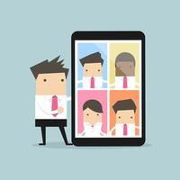 Geschäftsmann mit Videokonferenz auf Tablette