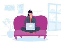 kvinna som använder den bärbara datorn hemma