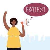 Frau mit Gesichtsmaske und Megaphon protestiert