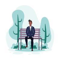 junger Mann sitzt auf dem Parkstuhl