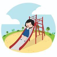 liten flicka som har kul på en lekplatsrutschbana