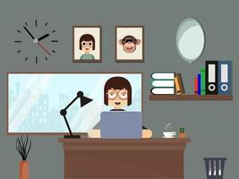 professionelle Frau, die im ordentlichen Hauptbüro arbeitet