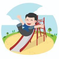 glücklicher Junge, der auf Spielplatzrutsche spielt