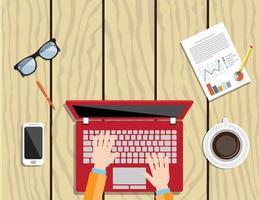 Draufsicht des Geschäftsmannes unter Verwendung eines Laptops