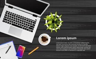 bärbar dator, telefon och kaffe på träbordet