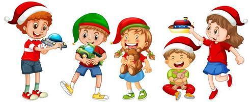 verschiedene Kinder, die Kostüm im Weihnachtsthema tragen und mit ihren Spielzeugen lokalisiert auf weißem Hintergrund spielen