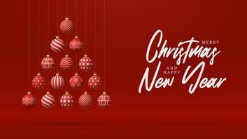 kreativer weihnachtsbaum aus roten kugelornamenten