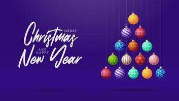 kreativer Weihnachtsbaum aus bunten Kugeln auf lila