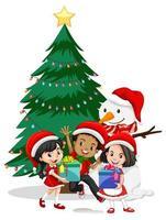 Kinder tragen Weihnachtskostüm-Zeichentrickfigur mit Schneemann auf weißem Hintergrund