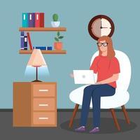 Frau arbeitet und sitzt auf einem Stuhl mit Laptop
