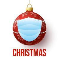 Weihnachtsball mit Gesichtsmaske. isolierte rote realistische Kugel und medizinische Gesichtsmaske mit Text frohe Weihnachten. Ausbruch Coronavirus. Gesundheitskonzept.