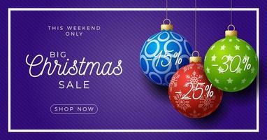 jul horisontell försäljning promo banner. semester vektorillustration med realistiska utsmyckade färgglada julgranskulor på lila bakgrund. vektor