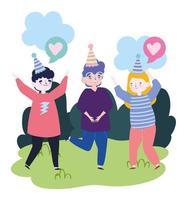 Gruppe von Menschen zusammen, um ein besonderes Ereignis zu feiern, Männer und Frau mit Partyhüten im Park feiern