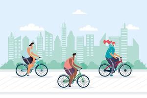junge Leute, die Fahrrad fahren und medizinische Masken in der Stadt tragen