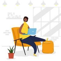 afrikansk kvinna som använder bärbara datorn i soffan